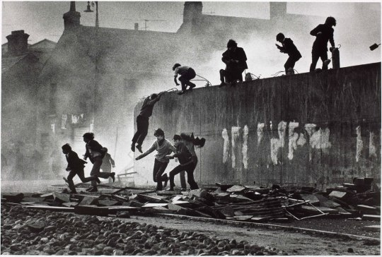 Londonderry catholics jumping a wall domn mccullin